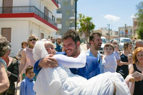 Ο γάμος της χρονιάς στην Κρήτη: Κουμπάρος πήγε στην εκκλησία ντυμένος νύφη! (photos)