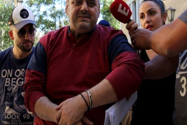 Φωτογραφία - ντοκουμέντο: Ο βιαστής της Δάφνης γυμνός με χειροπέδες στο σπίτι του! (Photo & Video)