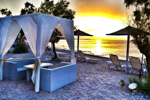 Το κορυφαίο beach bar μια ώρα από τον Πειραιά: Συνδυάζει άνεση, σούπερ κοκτέιλ και καταγάλανα νερά! (Photos)