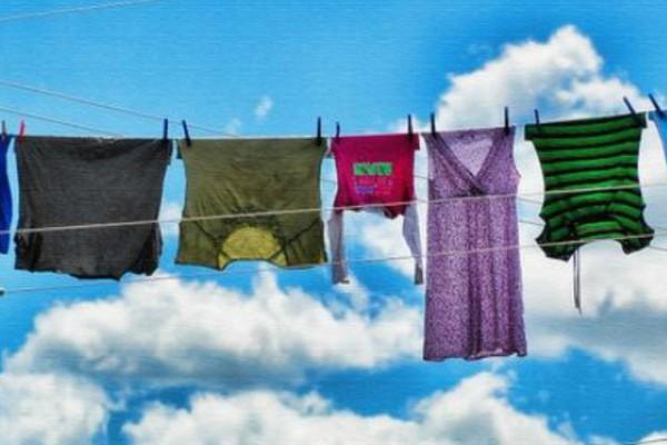 Tο είδαμε και αυτό! Νοικοκυρά στην Κρήτη άπλωσε την μπουγάδα της σε... κάγκελο νηπιαγωγείου!