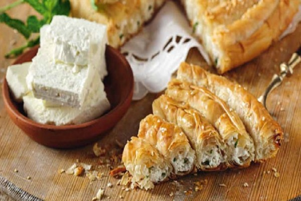Εύκολη και γρήγορη συνταγή για τυρόπιτα στριφτή με φέτα και δυόσμο