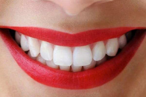 Τι είναι η χρόνια περιοδοντίτιδα που βλάπτει τα ούλα και τα δόντια;