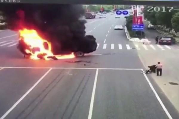 Βίντεο σοκ: Φορτηγό συγκρούστηκε με μοτοσικλέτα! Στις φλόγες ο αναβάτης από την ανατίναξη της μηχανής (video)