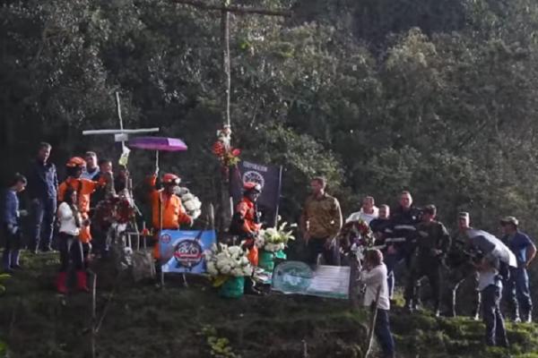 Συγκλονιστικές εικόνες: Οι επιζώντες της Σαπεκοένσε επέστρεψαν στο σημείο της τραγωδίας! (video)