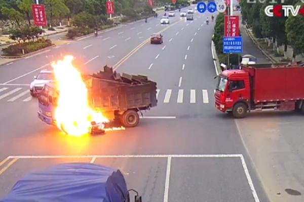 Είχε Άγιο: Μηχανάκι τράκαρε με φορτηγό, πήρε φωτιά και ο οδηγός σώθηκε! (video)