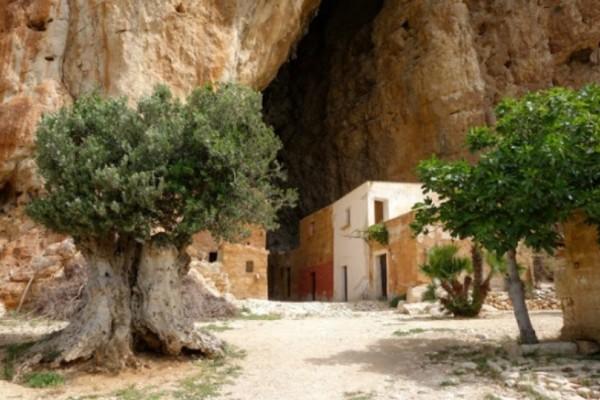 Απίστευτο! Το γραφικό χωριό που βρίσκεται μέσα σε σπήλαιο και όμως κατοικείται! Έχει εκκλησία, στάβλο και εργαστήρια (Photos)