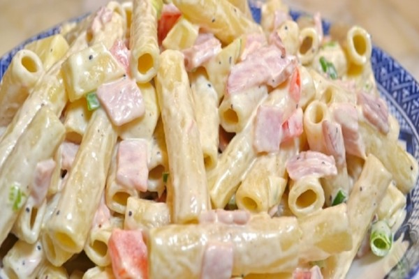 Κρύα σαλάτα ζυμαρικών με ζαμπόν: Μια εύκολη συνταγή που δεν πρέπει να λείπει από καμία κουζίνα