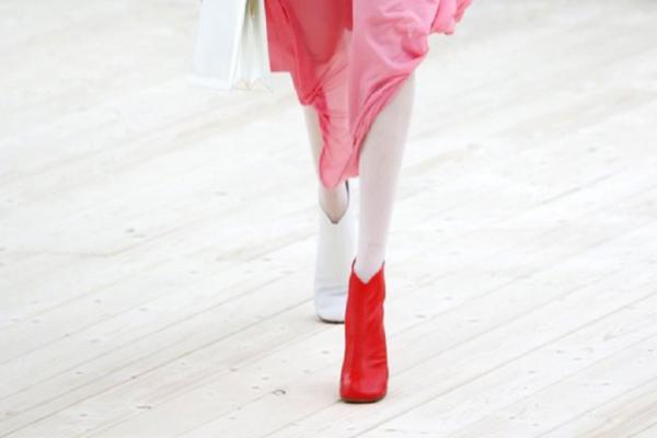 Η απίστευτη μόδα που σαρώνει: Φόρεσε δύο διαφορετικά παπούτσια! (photos)
