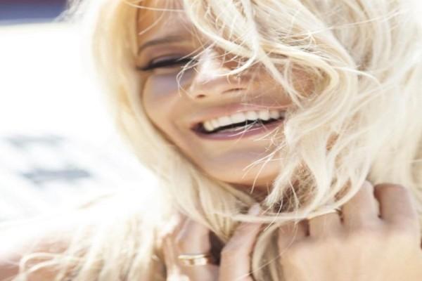 Κυματιστά μαλλιά: Έτσι θα κάνετε μόνες σας το sexy hair look της Φαίης Σκορδά! (video)