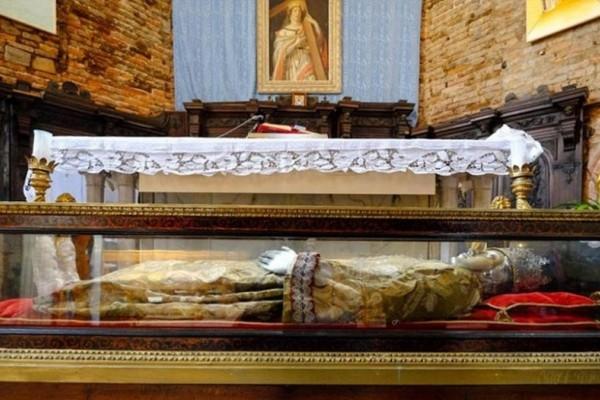 Το θαύμα της Αγίας Ελένης: Τα λόγια των πιστών που προσκύνησαν το σκήνωμά της! (Photos & Video)
