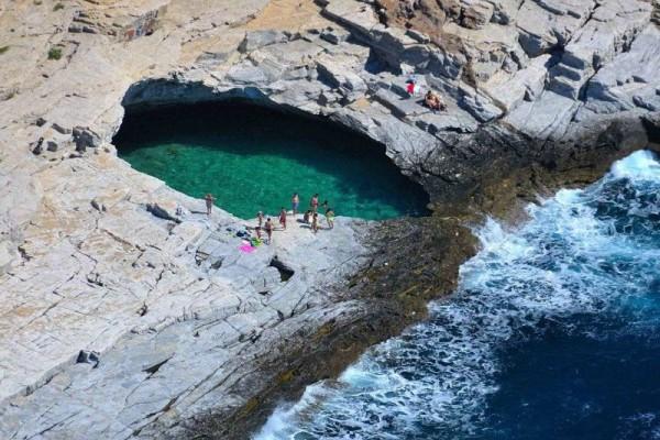 Που βρίσκεται η φυσική πισίνα με τα καταπράσινα νερά; Αποτελεί πόλο έλξης για Έλληνες και ξένους! (photos+video)