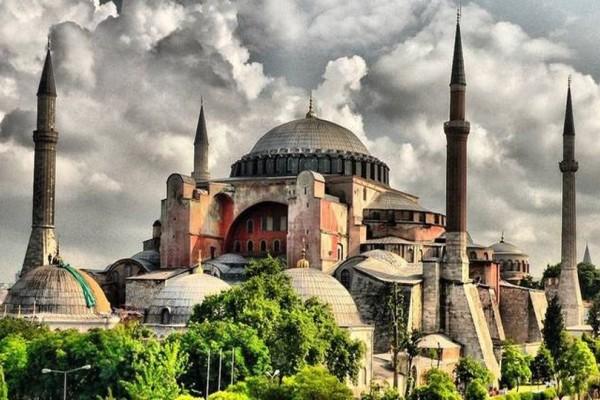Εικόνες ντροπής: Φανατικοί μουσουλμάνοι προσευχήθηκαν στην Αγία Σοφία! (photos+video)