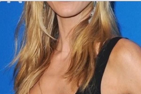 Διάσημο μοντέλο ποζάρει γυμνή στα 44 της και βάζει