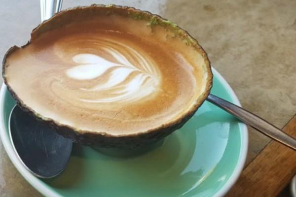 Καφές σε... αβοκάντο! Η νέα μόδα που έχει «τρελάνει» τους χρήστες των social media!