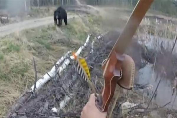Τρόμος: Αρκούδα επιτίθεται σε κυνηγό και το θέαμα σοκάρει! (Video)