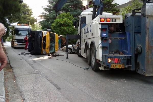 Παραλίγο τραγωδία στα Βριλήσσια: Ανετράπη σχολικό λεωφορείο! Στο νοσοκομείο ο οδηγός (photos)