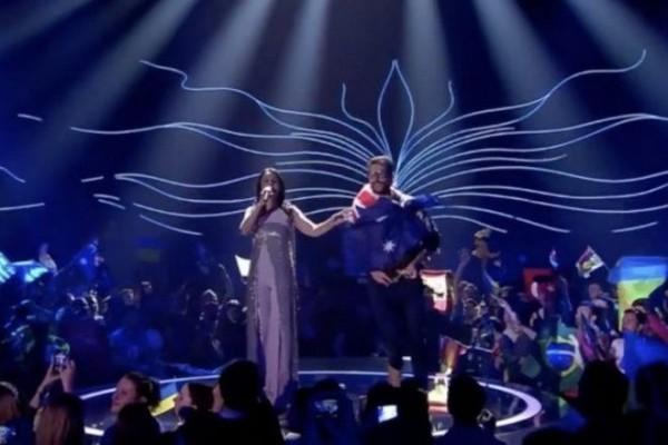 Αυτός είναι ο άνδρας που έδειξε τα οπίσθιά του στον τελικό της Eurovision! Που τον είχαμε ξαναδεί; (videos)