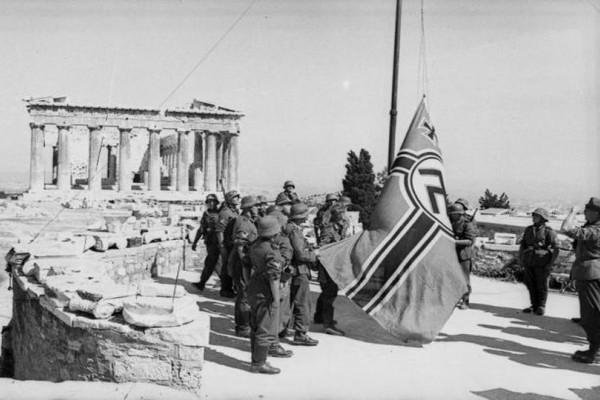 Σαν σήμερα - 30 Μαΐου 1941: Ο Μανώλης Γλέζος και ο Λάκης Σάντας κατεβάζουν την σβάστικα από την Ακρόπολη! (photos)