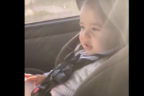 Η μικρούλα ακούει το αγαπημένο της τραγούδι στο ράδιο! Η αντίδραση της θα σας κάνει να «λιώσετε» (Βίντεο)