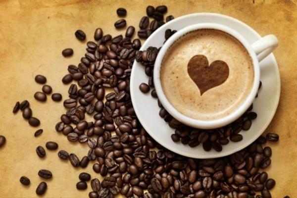 Αυτά τα 6 σημάδια αποκαλύπτουν ότι είσαι μάλλον είσαι εθισμένη στην καφεΐνη