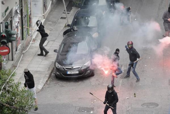 Φοιτητικές εκλογές: Σοβαρά επεισόδια έξω από το Παιδαγωγικό της Αθήνας! Κουκουλοφόροι επιτέθηκαν σε φοιτητές (photos)