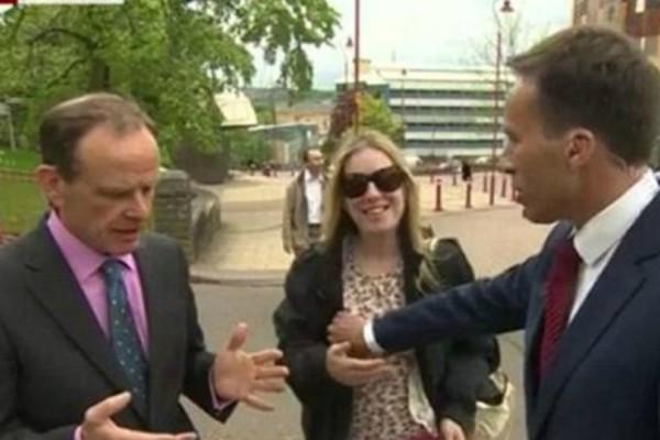 Βίντεο: Παρουσιαστής του BBC απομακρύνει περίεργη περαστική πιάνοντας... το στήθος της!