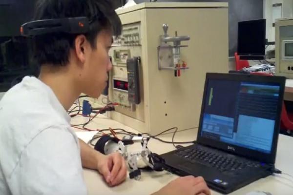 """Απίστευτο: Επιστήμονας ανακάλυψε συσκευή που """"αντιστρέφει"""" την μερική παράλυση μετά από σοβαρό εγκεφαλικό επεισόδιο (Video & Photo)"""