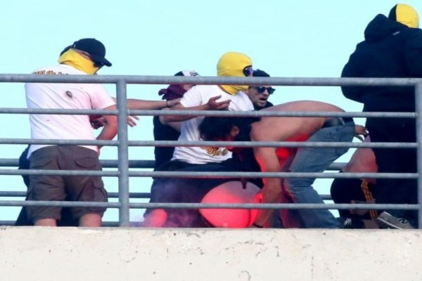Για γέλια ή για κλάματα; Η στιγμή που ξεβρακώνουν κυριολεκτικά οπαδό της ΑΕΚ! Τραγελαφικές φωτογραφίες! (Photos)