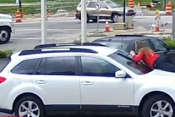 Σκηνές από ταινία! Γυναίκα πηδάει στο καπό του αυτοκινήτου για να πιάσει τον κλέφτη! (video)