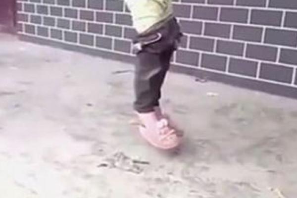 Πατέρας κρέμασε την κόρη του και έστειλε το βίντεο στην μάνα της! Προσοχή πολύ σκληρή εικόνα (video)