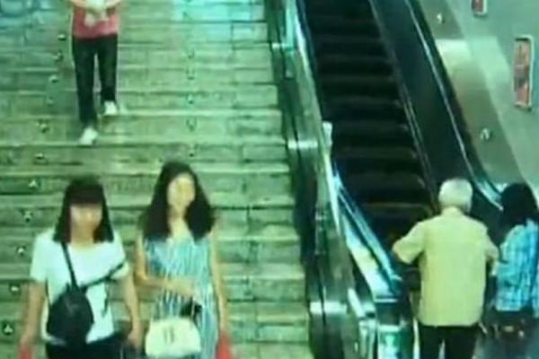 Σκληρές εικόνες: Άντρας γλίστρησε στις κυλιόμενες σκάλες και έπεσε με το κεφάλι! (video)
