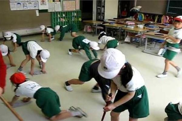 Εκεί που υπάρχει παιδεία: Πως μαθαίνουν οι Ιάπωνες μαθητές να σέβονται το σχολείο τους! (video)