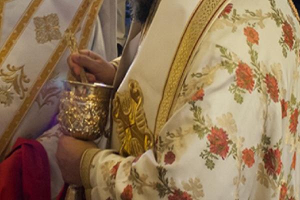 Σάλος στην Αχαΐα: Ιερέας αρνήθηκε να κοινωνήσει γυναίκα γιατί ήταν από την Αλβανία!