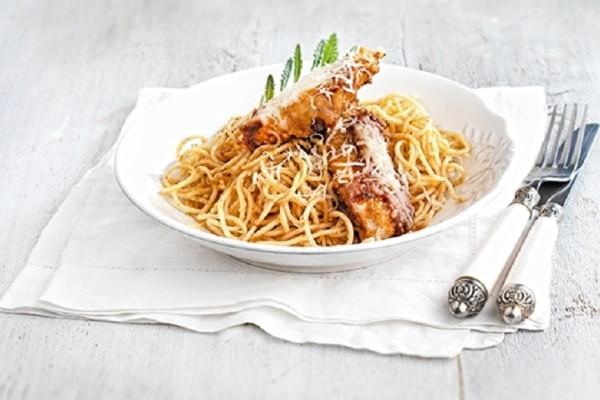 Αυτή είναι η πιο νόστιμη συνταγή για σνίτσελ κοτόπουλο με μακαρόνια και σάλτσα