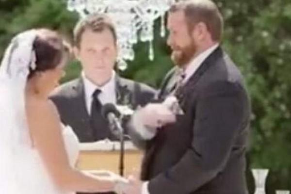 Δεν υπάρχει! Γαμπρός αντί να φιλήσει, χαστούκισε τη νύφη την ώρα του γάμου - Ποιος ήταν ο λόγος; (video)