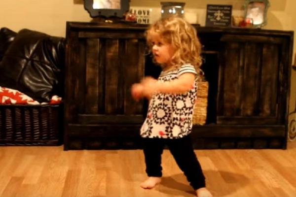Η γλυκιά Rilee πάσχει από νανισμό και δίνει το δικό της μάθημα ζωής! Ο χορός της που έχει τρελάνει το διαδίκτυο (video)