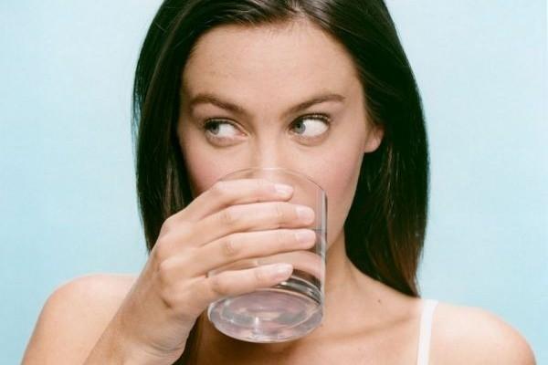 Πρέπει να το διαβάσετε: Δείτε τι σας συμβαίνει όταν πίνετε νερό το πρωί τελείως νηστικοί!