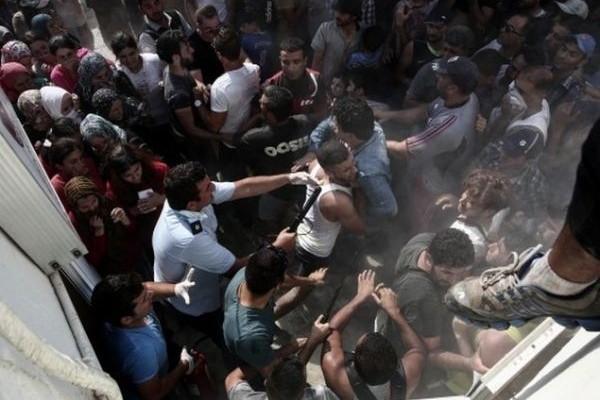 Πανικός: Κλειστός ο δρόμος Λαμίας - Δομοκού! Πετροπόλεμος και φωτιές! (Photos)