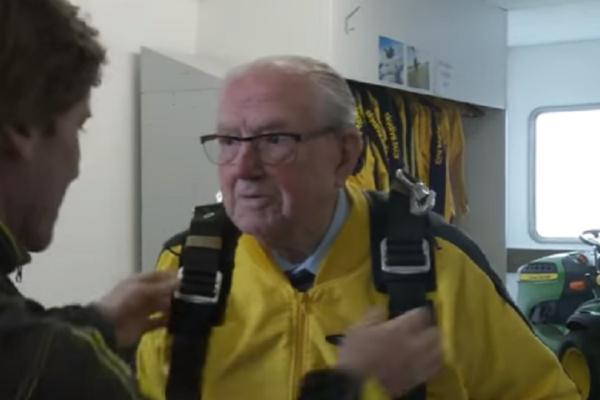 Θεούλης: Ο αλεξιπτωτιστής 101 ετών που έχει γίνει viral στο διαδίκτυο! (video)