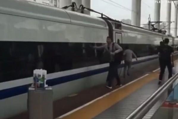Ανατριχιαστικό βίντεο: Του έπιασε το δάχτυλο η πόρτα του τρένου ενώ ξεκινούσε! (Video)