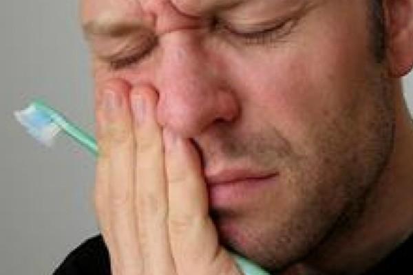 Εξαφανίστε φυσικά τον πονόδοντο! Αυτή η συνταγή θα κάνει μέχρι και τον οδοντίατρο σας να «σηκώσει» τα χέρια ψηλά!