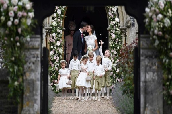 Παντρεύτηκε η Pippa Middleton - Δείτε το πρώτο «επίσημο» φιλί και τους υψηλούς καλεσμένους! (Photos)