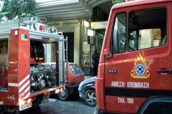 Έκτακτη είδηση: Μεγάλη φωτιά αυτή τη στιγμή σε κτίριο στην Ερμού!  (Video)