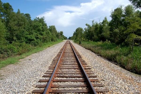Γιατί άραγε υπάρχουν τόσοι τόνοι από χαλίκια ανάμεσα στις σιδηροδρομικές γραμμές; Διαβάστε τους λόγους