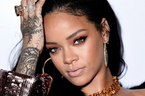 Αγνώριστη! Ο φακός τσάκωσε την Rihanna στην παραλία με αρκετά παραπανίσια κιλά! Δείτε την πραγματική της εικόνα που προβληματίζει (photos)