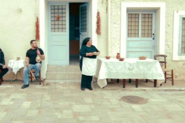 Αυτή η γιαγιά από την Κρήτη έχει γίνει viral! Δείτε ποιον έχει πάρει στο κυνήγι με κάτι...τηγανόψωμα (Video)