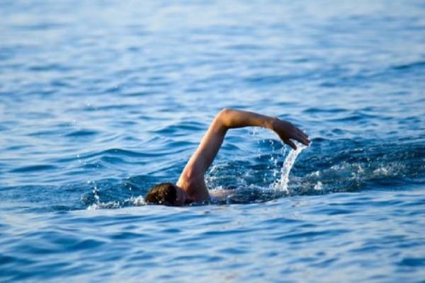 Μπορεί να σας χρειαστεί: Ποιες είναι οι κινήσεις που θα σας σώσουν αν πάθετε κράμπα στη θάλασσα