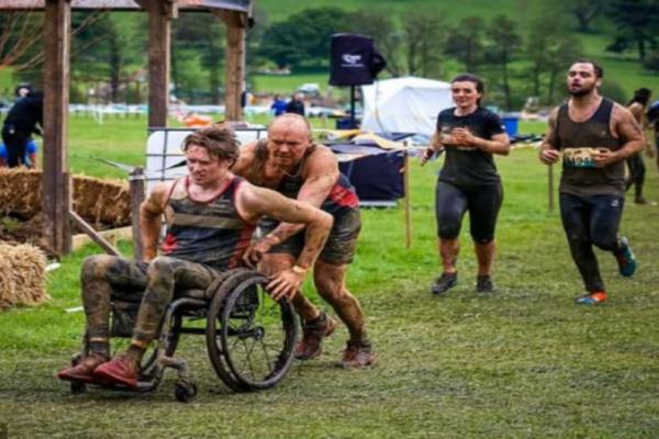 Πατέρας, παράδειγμα για όλους μας: Βοηθά τον ανάπηρο γιο του να σκαρφαλώσει και να τερματίσει σε αγώνα! (Video)