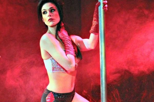 Η Ιωάννα Τριανταφυλλίδου χορεύει pole dancing! Το βίντεο που έχει τρελάνει τον ανδρικό πληθυσμό
