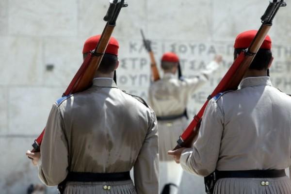 Συγκλονιστικό! Οι άνδρες της Προεδρικής Φρουράς αποδίδουν στρατιωτικό χαιρετισμό σε άτομα με ειδικές ανάγκες στο Σύνταγμα! (photos)